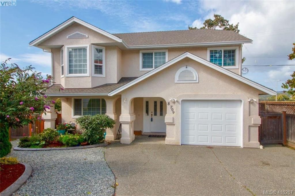 Main Photo: 8 709 Luscombe Pl in VICTORIA: Es Esquimalt House for sale (Esquimalt)  : MLS®# 825765