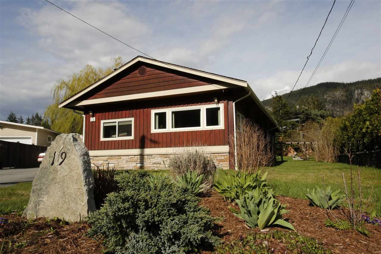 Main Photo: 19 BRACKEN Parkway in Squamish: Brackendale Manufactured Home for sale : MLS®# R2342599