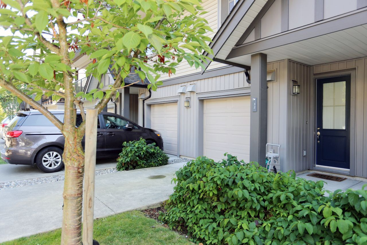 "Main Photo: 32 9525 204 Street in Langley: Walnut Grove Townhouse for sale in ""Time at Walnut Grove"" : MLS®# R2401753"