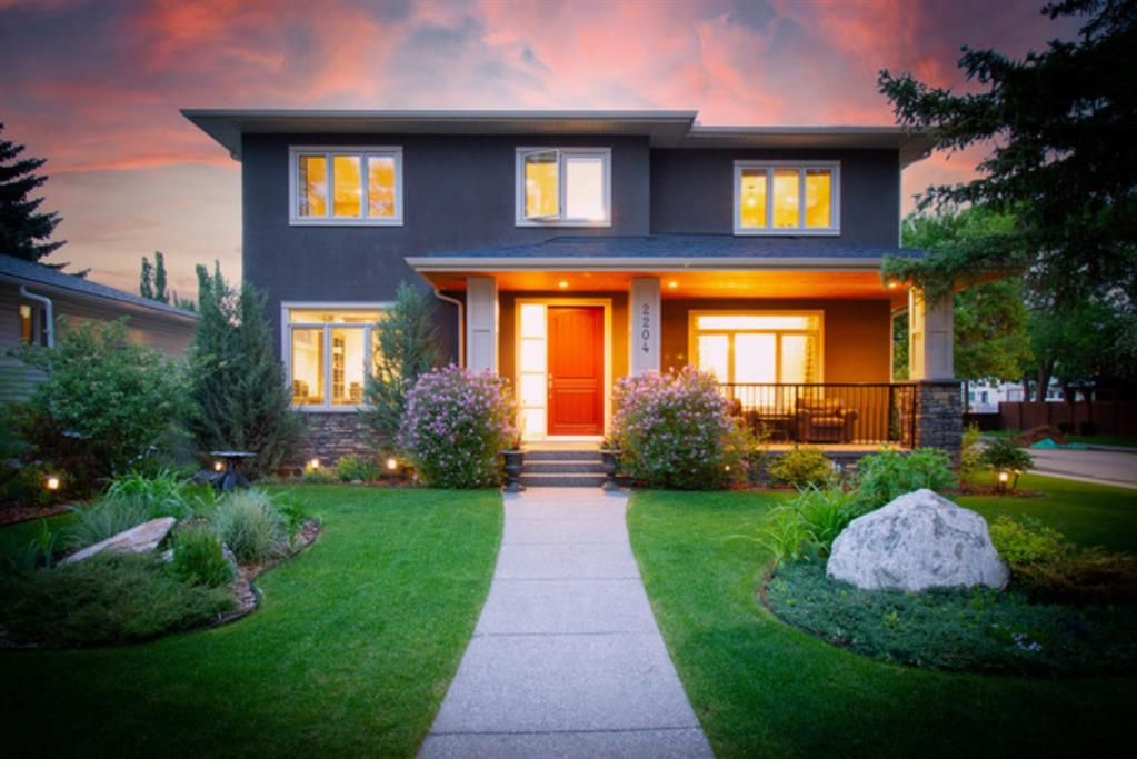 Main Photo: 2204 6 Avenue NW in Calgary: West Hillhurst Detached for sale : MLS®# A1117923