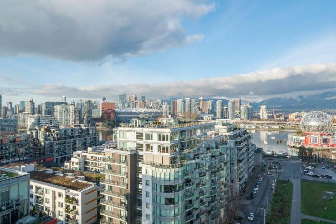 "Main Photo: 1604 1708 ONTARIO Street in Vancouver: Mount Pleasant VE Condo for sale in ""PINNACLE ON THE PARK"" (Vancouver East)  : MLS®# R2524538"