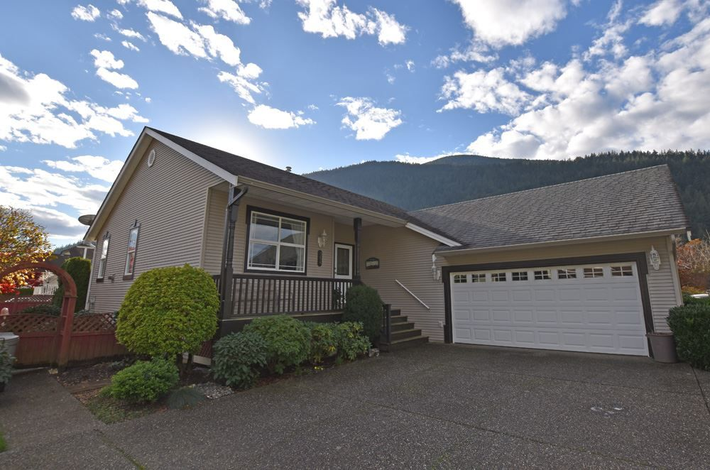 Main Photo: 354 WALNUT AVENUE: Harrison Hot Springs House for sale : MLS®# R2122191