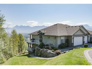 """Photo 2: 127 8590 SUNRISE Drive in Chilliwack: Chilliwack Mountain Townhouse for sale in """"Maple Hills"""" : MLS®# R2571129"""