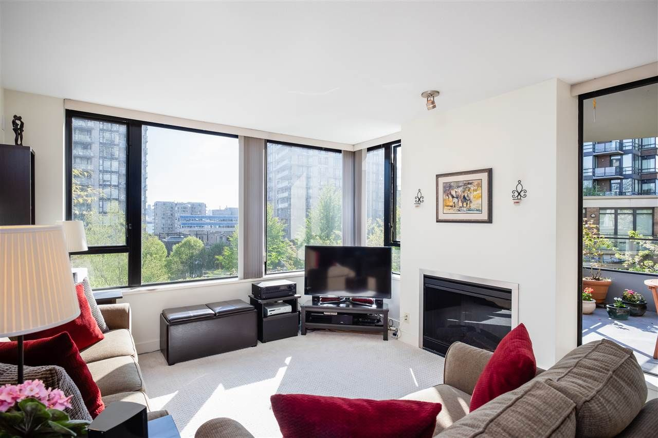 """Main Photo: 403 151 W 2ND Street in North Vancouver: Lower Lonsdale Condo for sale in """"SKY"""" : MLS®# R2389638"""