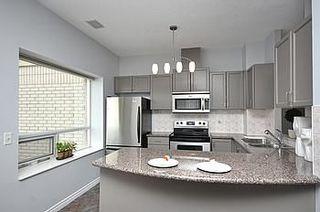 Photo 4: 08 200 E Burnhamthorpe Road in Mississauga: Mississauga Valleys Condo for sale : MLS®# W2560761