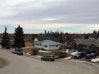 Photo 3: 21 HIGHWOOD Place NW in Calgary: Highwood House for sale : MLS®# C4102842