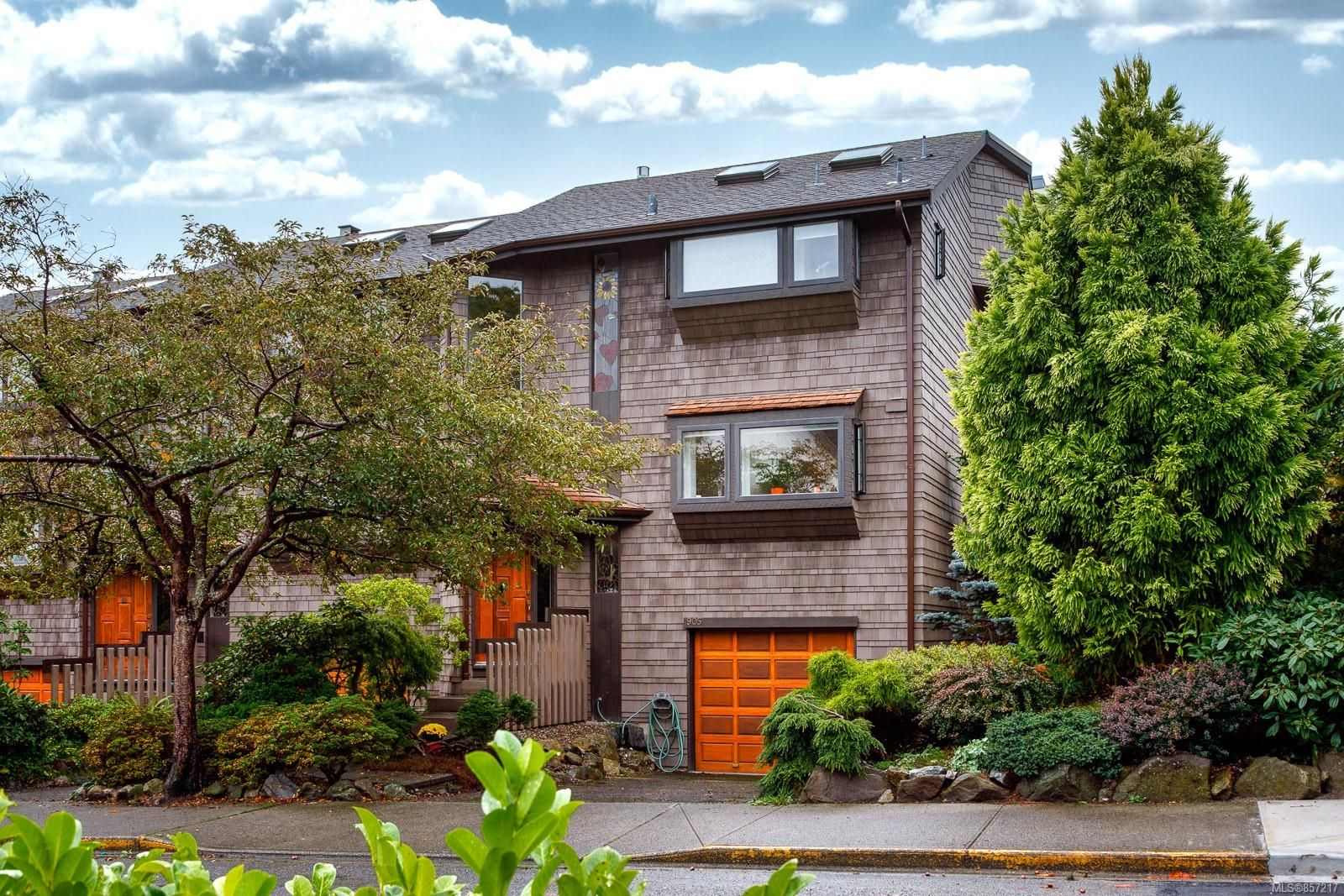 Main Photo: 905 Oliphant Ave in : Vi Fairfield West Row/Townhouse for sale (Victoria)  : MLS®# 857217