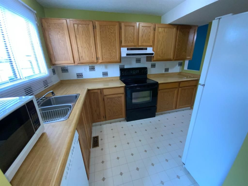 Photo 7: Photos: 290 Cornett Drive: Red Deer Row/Townhouse for sale : MLS®# A1132891