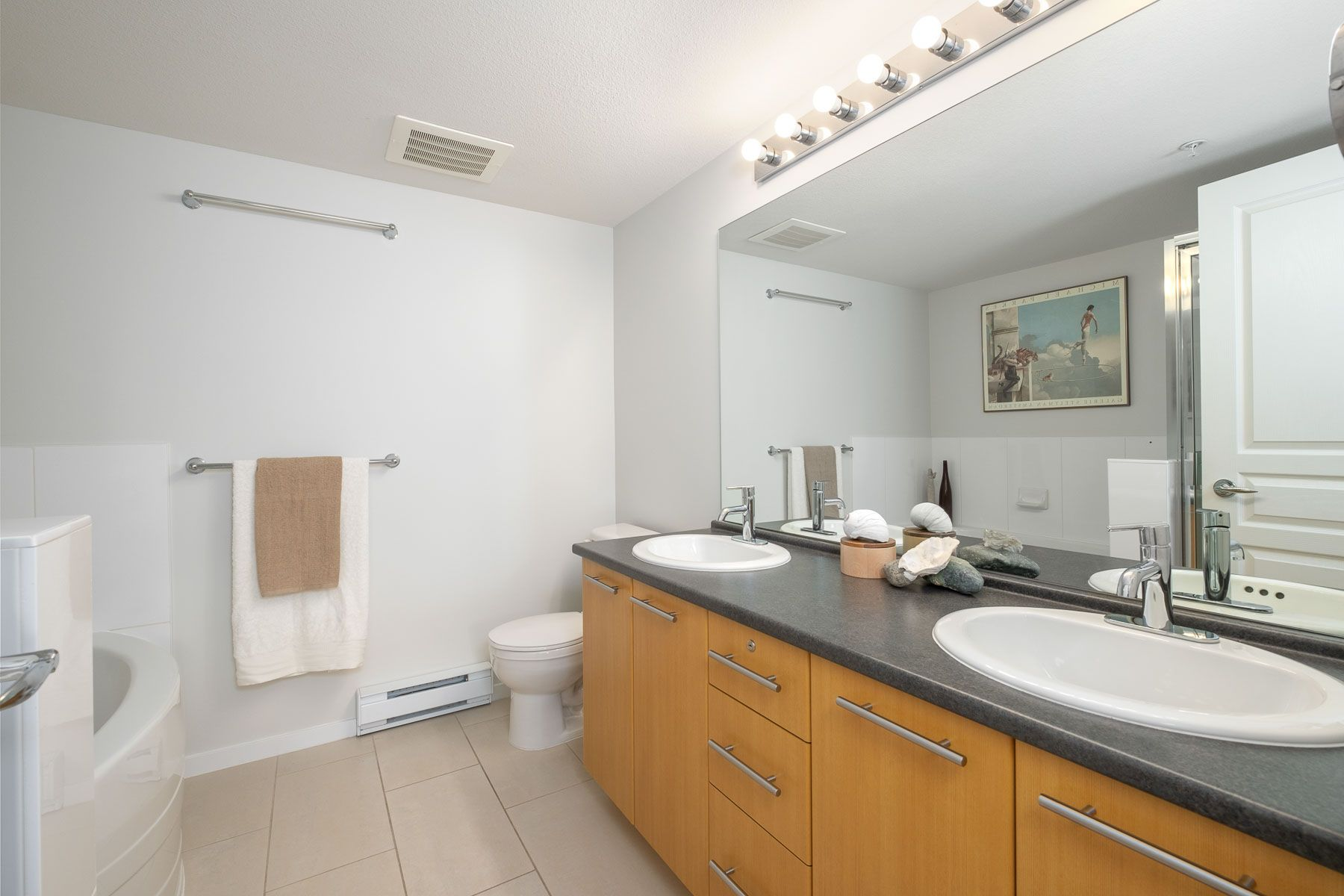"""Photo 17: Photos: 404 9339 UNIVERSITY Crescent in Burnaby: Simon Fraser Univer. Condo for sale in """"HARMONY AT THE HIGHLANDS"""" (Burnaby North)  : MLS®# R2578073"""