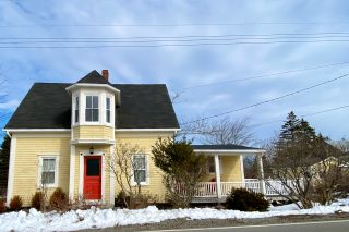 Photo 1: 1383 Blue Rocks Road in Blue Rocks: 405-Lunenburg County Residential for sale (South Shore)  : MLS®# 202102958