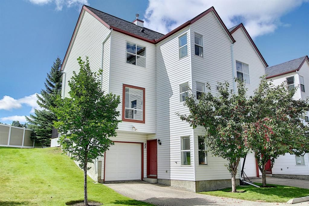 Main Photo: 33 200 Hidden Hills Terrace NW in Calgary: Hidden Valley Row/Townhouse for sale : MLS®# A1141008