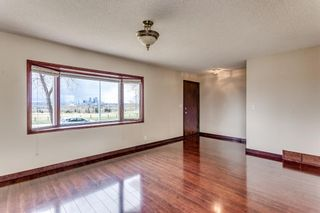Photo 3: 2510 26 Street SE in Calgary: Southview Detached for sale : MLS®# A1105105