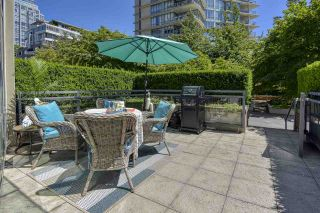 """Photo 3: 105 1383 MARINASIDE Crescent in Vancouver: Yaletown Townhouse for sale in """"COLUMBUS"""" (Vancouver West)  : MLS®# R2478306"""