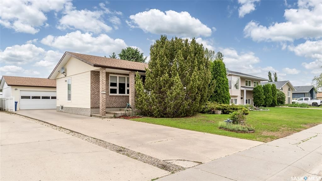 Main Photo: 1634 Marquis Avenue in Moose Jaw: VLA/Sunningdale Residential for sale : MLS®# SK859218