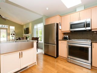 Photo 3: 762 Hill Rise Lane in VICTORIA: SE Cordova Bay Row/Townhouse for sale (Saanich East)  : MLS®# 808277