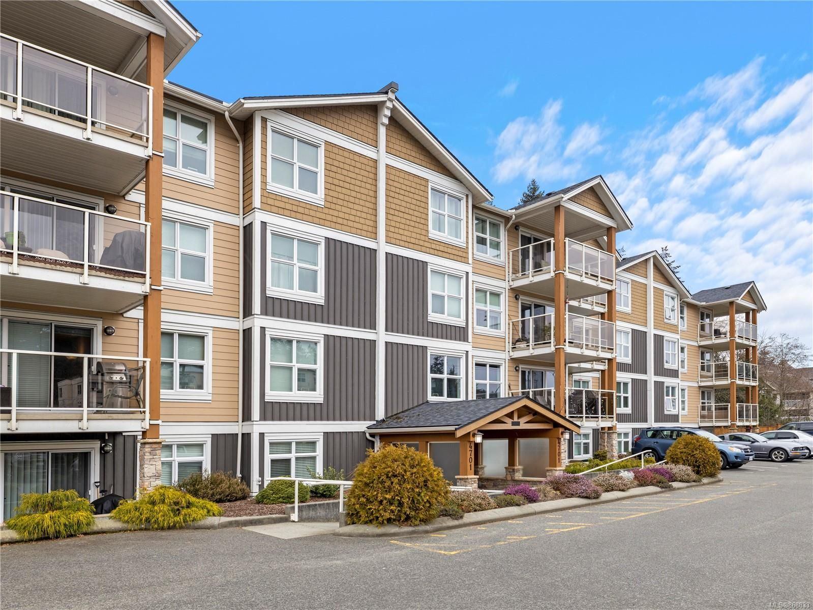 Main Photo: 304 4701 Uplands Dr in : Na North Nanaimo Condo for sale (Nanaimo)  : MLS®# 868833