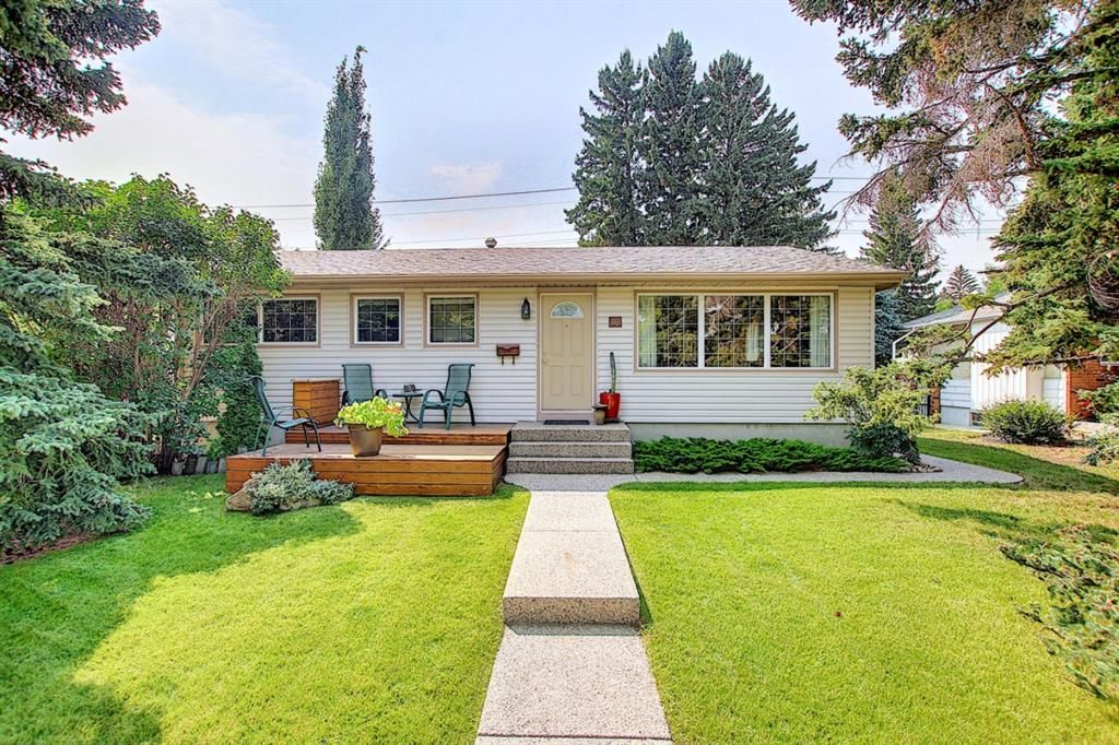 Main Photo: 30 Wakefield Drive SW in Calgary: Westgate Detached for sale : MLS®# A1136370