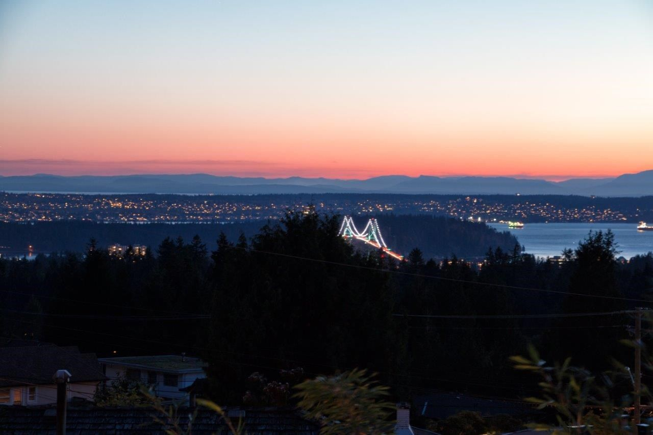 Photo 4: Photos: 747 Montroyal Boulevard in North Vancouver: Canyon Heights House for rent