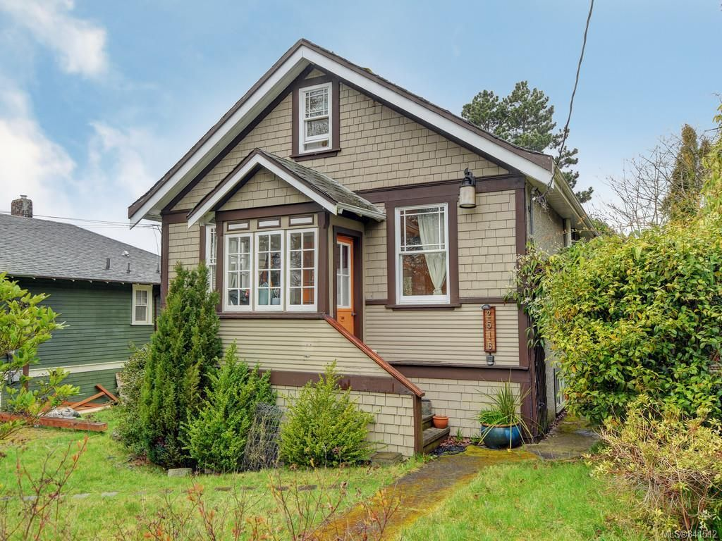 Main Photo: 2516 Belmont Ave in Victoria: Vi Oaklands House for sale : MLS®# 841512