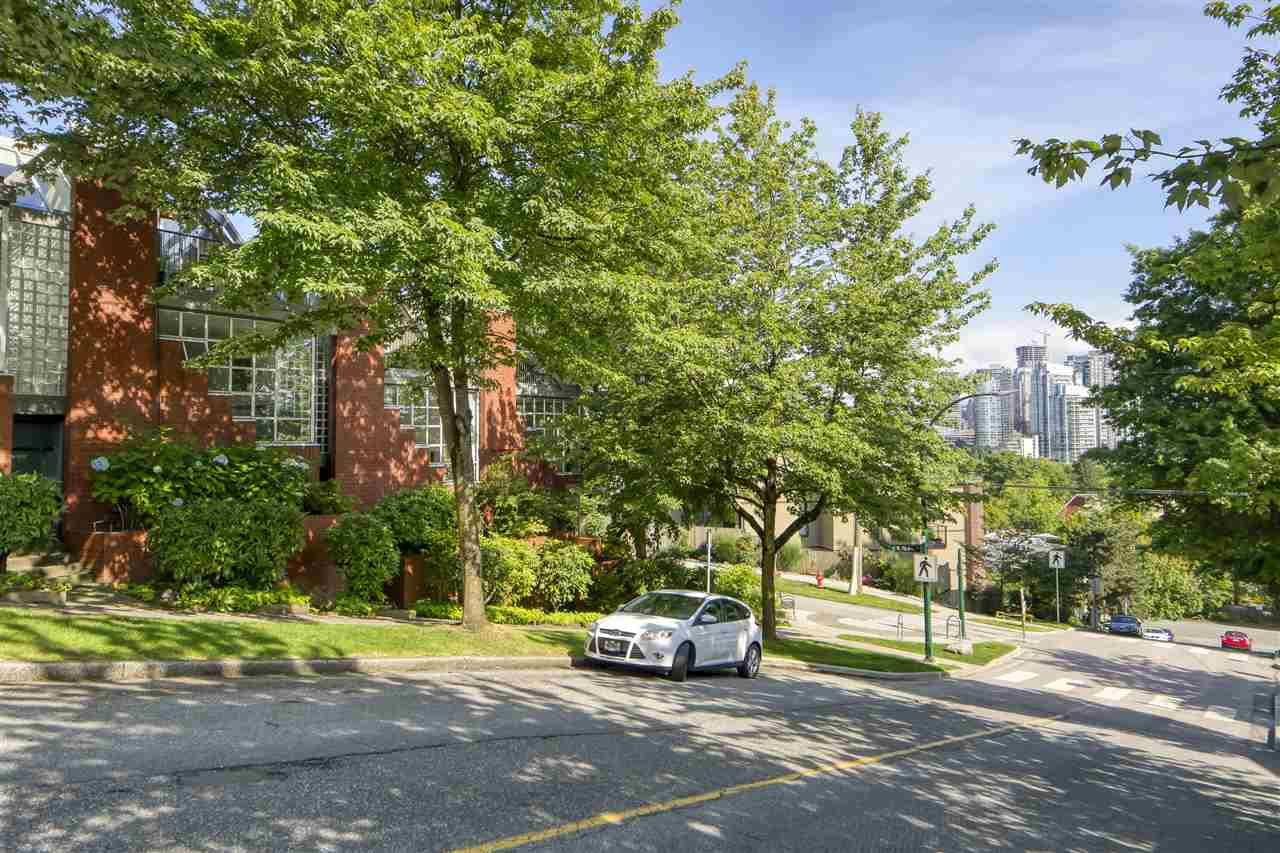 "Main Photo: 2301 OAK Street in Vancouver: Fairview VW Townhouse for sale in ""OAKVIEW TERRACE"" (Vancouver West)  : MLS®# R2470269"