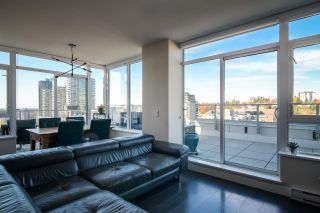 """Photo 3: 2002 668 COLUMBIA Street in New Westminster: Downtown NW Condo for sale in """"Trapp + Holbrook"""" : MLS®# R2419627"""