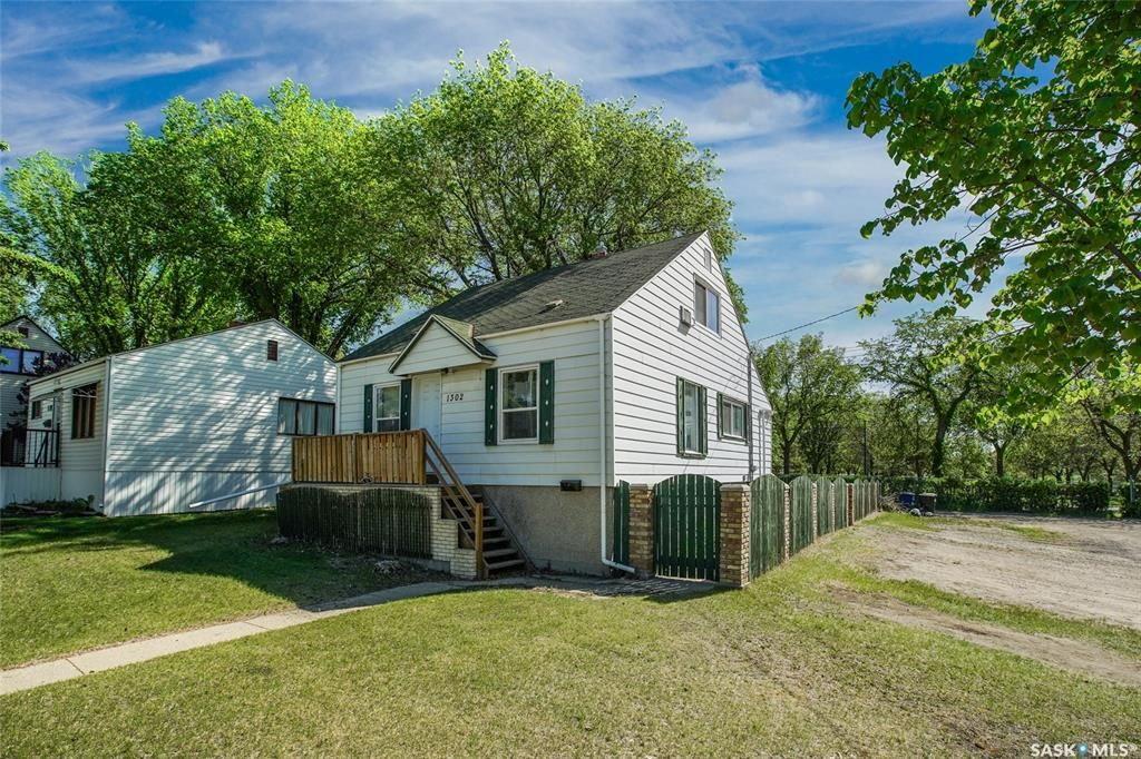 Main Photo: 1302 2nd Avenue North in Saskatoon: Kelsey/Woodlawn Residential for sale : MLS®# SK866937