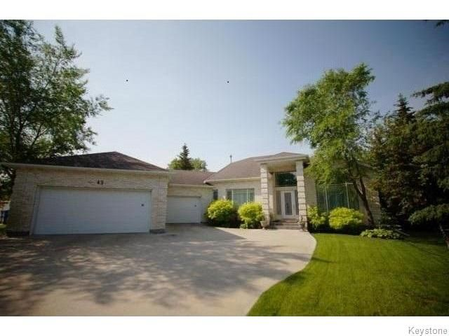 East St. Paul Executive Style Bungalow 2250 sq.ft 2+ Br., on .36 Acres
