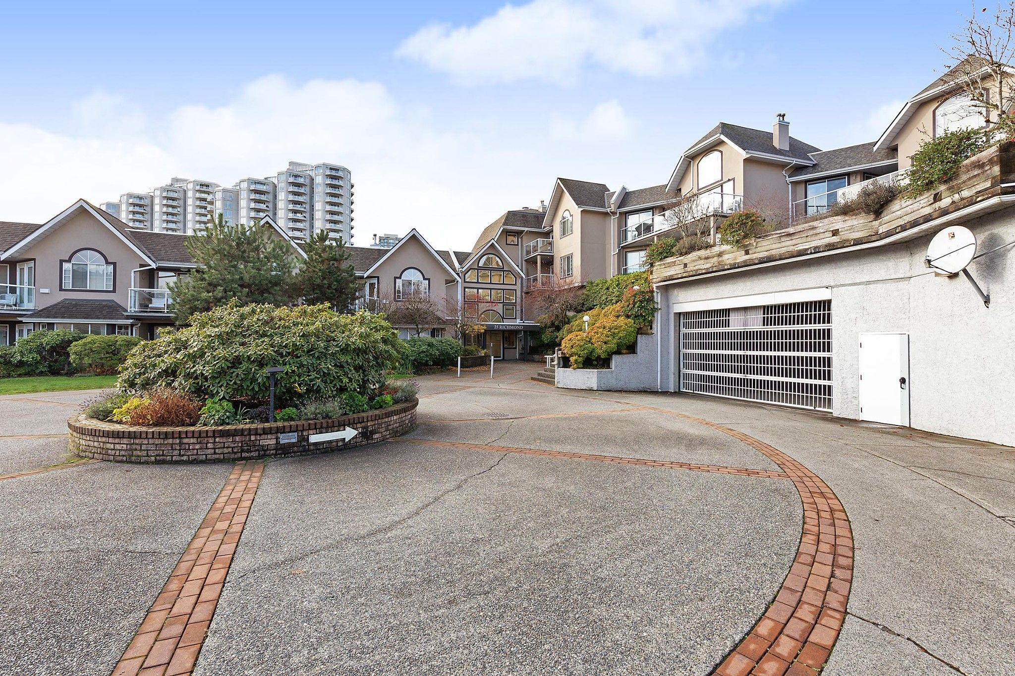 """Main Photo: 208 25 RICHMOND Street in New Westminster: Fraserview NW Condo for sale in """"FRASERVIEW"""" : MLS®# R2423119"""
