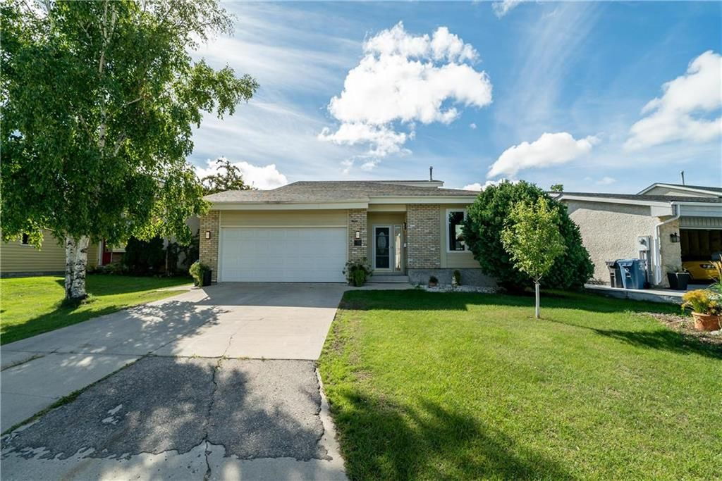 Welcome to 46 Eglinton Crescent! Great curb appeal!