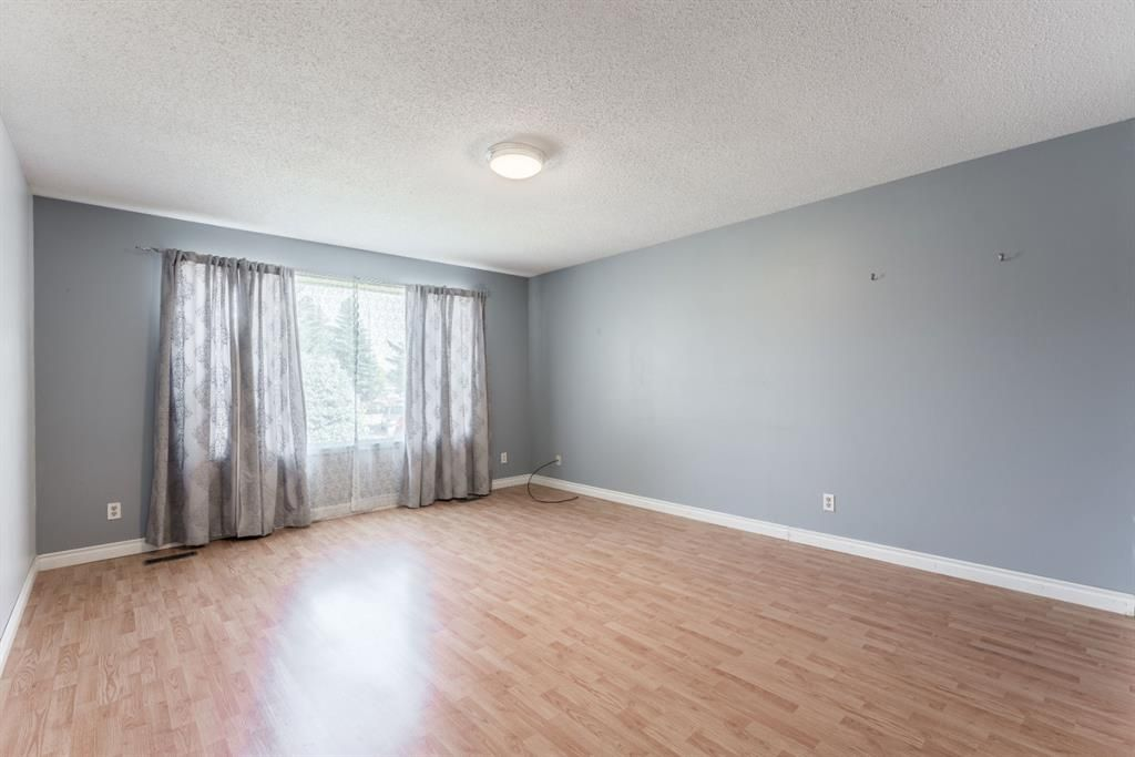 Photo 13: Photos: 534 QUEENSLAND Place SE in Calgary: Queensland Semi Detached for sale : MLS®# A1020359