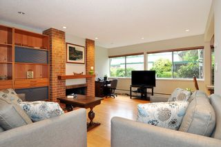"Photo 4: 720 WESTVIEW Crescent in North Vancouver: Central Lonsdale Condo for sale in ""Cypress Gardens"" : MLS®# R2370300"