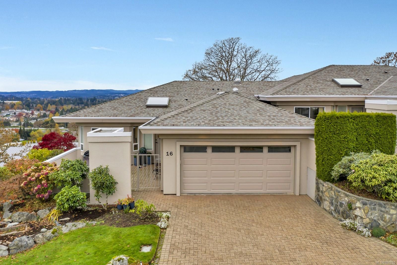 Main Photo: 16 881 Nicholson St in : SE High Quadra Row/Townhouse for sale (Saanich East)  : MLS®# 860210