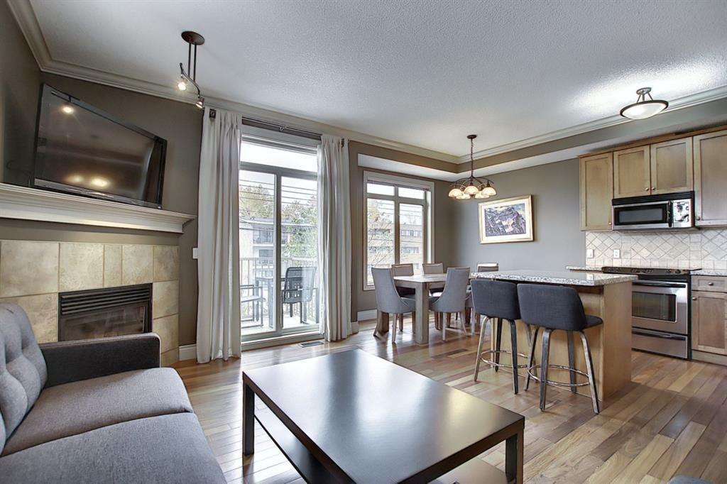 Main Photo: 2 2406 17A Street SW in Calgary: Bankview Row/Townhouse for sale : MLS®# A1093579