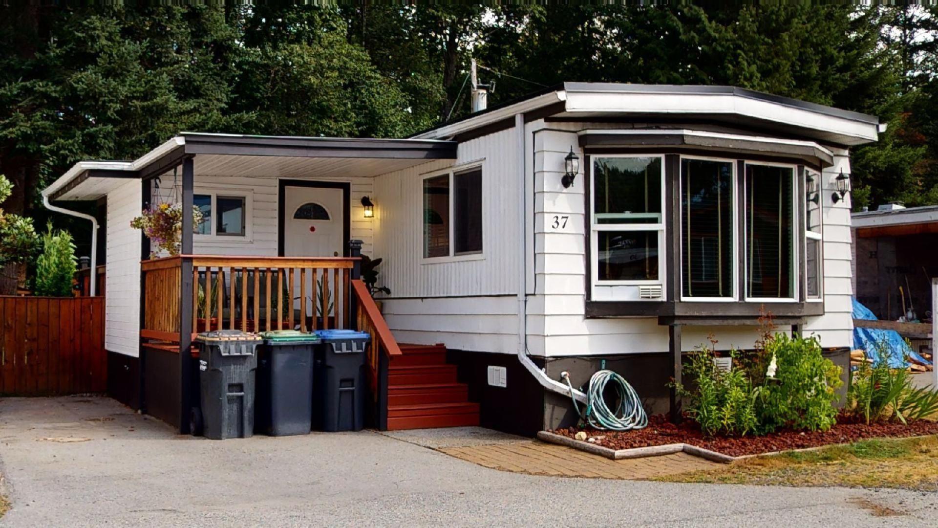 "Main Photo: 37 40157 GOVERNMENT Road in Squamish: Garibaldi Estates Manufactured Home for sale in ""Spiral Trailer Park"" : MLS®# R2608835"
