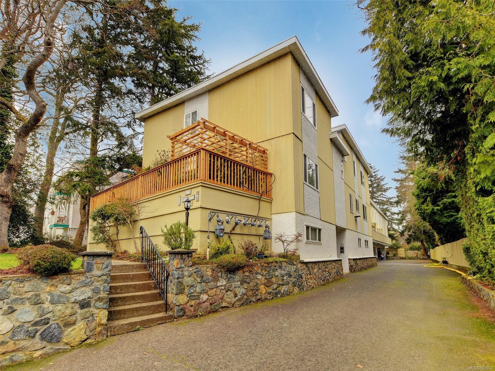 Main Photo: 102 1611 Belmont Ave in : Vi Fernwood Row/Townhouse for sale (Victoria)  : MLS®# 865974