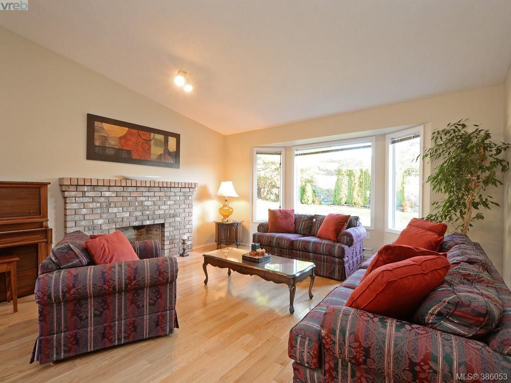Photo 3: Photos: 11 Quincy St in VICTORIA: VR Hospital House for sale (View Royal)  : MLS®# 775790