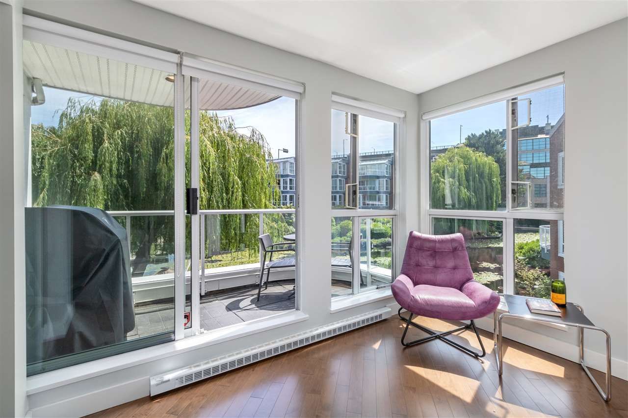 """Main Photo: 204 1551 MARINER Walk in Vancouver: False Creek Condo for sale in """"The Lagoons"""" (Vancouver West)  : MLS®# R2471661"""