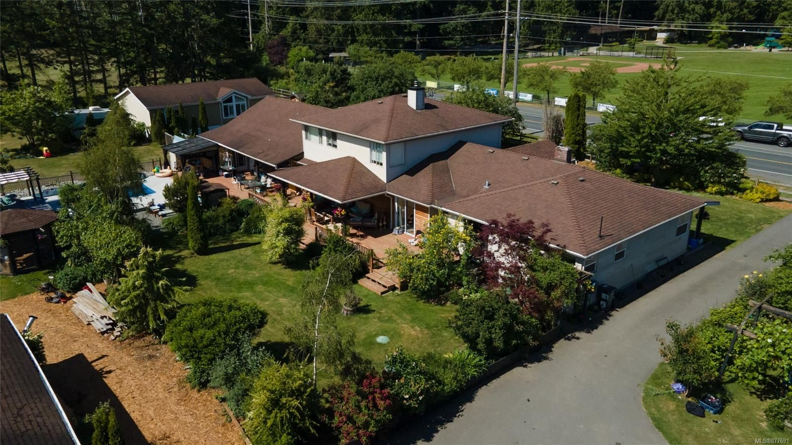 Main Photo: 7485 Wallace Dr in : CS Saanichton House for sale (Central Saanich)  : MLS®# 877691