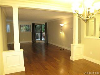 Photo 3: 111 1560 Hillside Ave in VICTORIA: Vi Oaklands Condo for sale (Victoria)  : MLS®# 682375