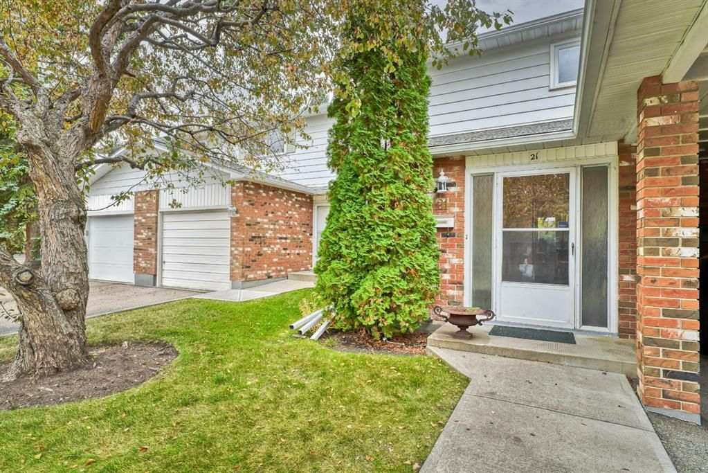 Main Photo: 21 2815 Palliser Drive SW in Calgary: Oakridge Row/Townhouse for sale : MLS®# A1149195