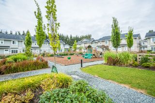 """Photo 3: 4 12161 237 Street in Maple Ridge: East Central Townhouse for sale in """"VILLAGE GREEN"""" : MLS®# R2097665"""
