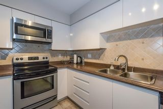 """Photo 5: 1105 9603 MANCHESTER Drive in Burnaby: Cariboo Condo for sale in """"STRATHMORE TOWERS"""" (Burnaby North)  : MLS®# R2228642"""