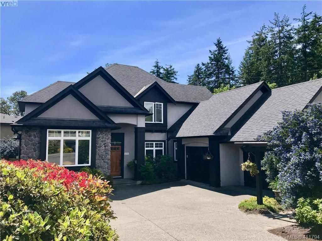 Main Photo: 4039 South Valley Dr in VICTORIA: SW Strawberry Vale House for sale (Saanich West)  : MLS®# 816381