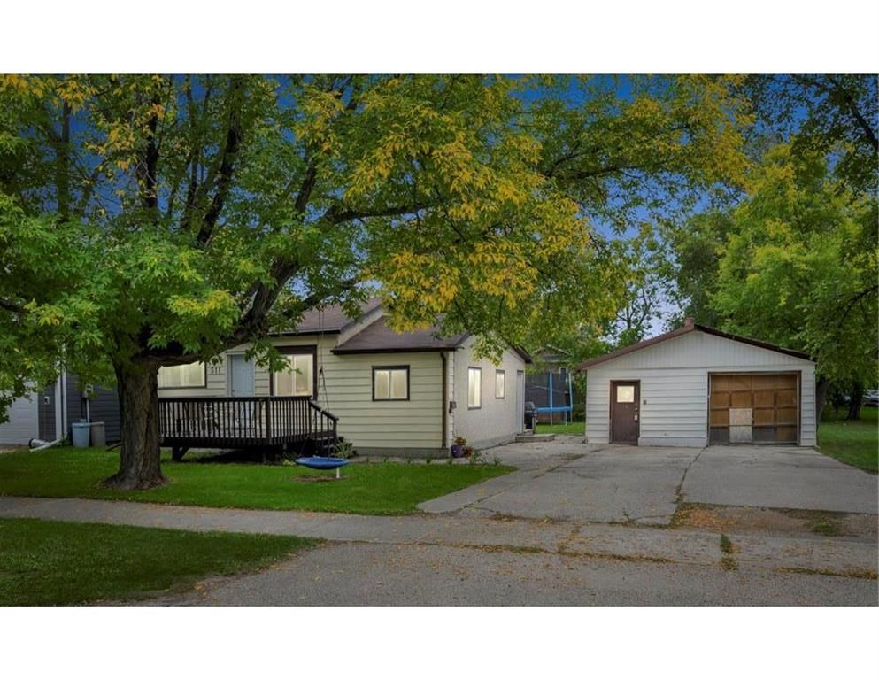 Main Photo: 511 Superior Avenue in Selkirk: R14 Residential for sale : MLS®# 202122636