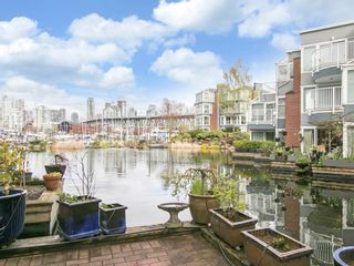"""Photo 3: 1585 MARINER Walk in Vancouver: False Creek Townhouse for sale in """"LAGOONS"""" (Vancouver West)  : MLS®# R2158122"""