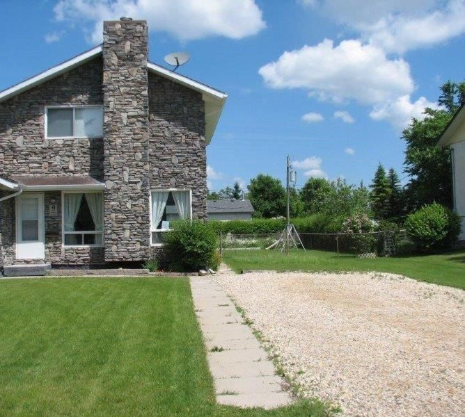 Main Photo: 9 Aspen Drive: Oakbank Single Family Attached for sale (R04)  : MLS®# 1804060
