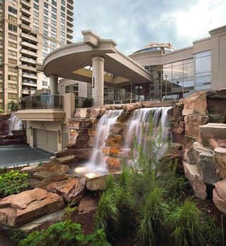 Photo 2: 16 3880 Duke Of York Boulevard in Mississauga: City Centre Condo for sale : MLS®# W2811487