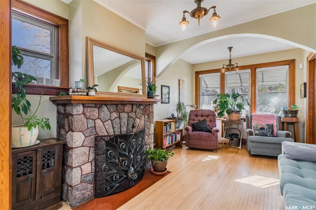 Main Photo: 319 H Avenue North in Saskatoon: Westmount Residential for sale : MLS®# SK862564