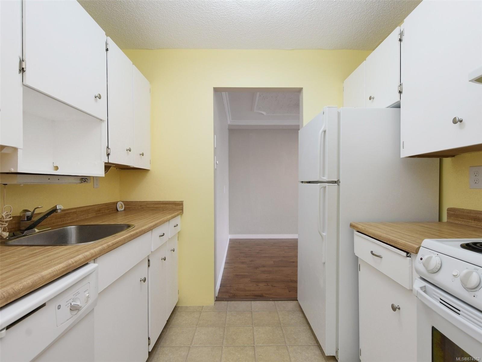 Main Photo: 118 1025 Inverness Rd in Saanich: SE Quadra Condo for sale (Saanich East)  : MLS®# 874962