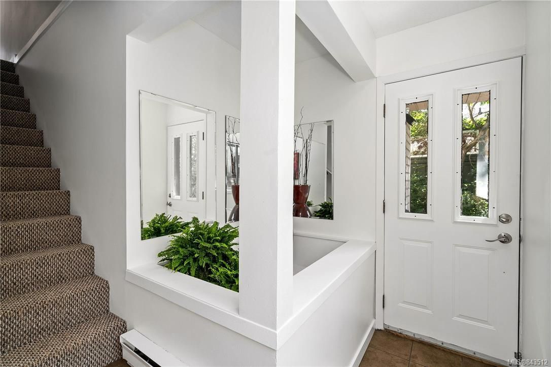 Photo 3: Photos: 950 Easter Rd in Saanich: SE Quadra House for sale (Saanich East)  : MLS®# 843512